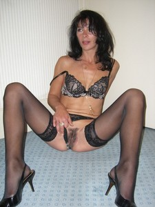 Get a look at this hot mommy! She's so fucking sexy!