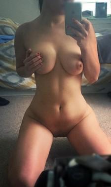 Sexy girlfriend takes nude selfpics
