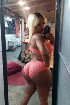 Black GF photoshoting her butts