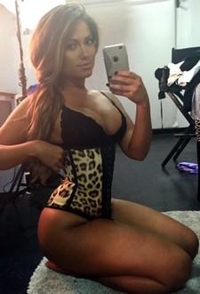 Jessica selfshot her pretty body to send pics her huseband
