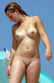 Hairless Pussy On The Beach - The Free VoyeurClouds