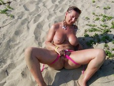 Homemade porn picture - mature slut showing pussy on the beach