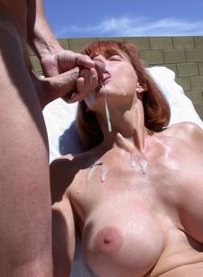 Free amateur porn - mature slut sucking hard
