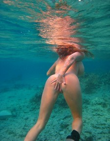 Free amateur porn photos - underwater pussy